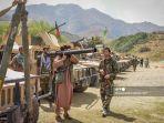 seorang-milisi-berdiri-bersama-anggota-pasukan-pemerintah-afghanistan-pada-19-agustus-2021.jpg