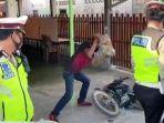 seorang-pria-hancurkan-motornya-sendiri-dihadapan-polisi.jpg