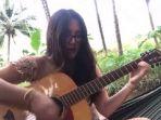 seorang-wanita-alami-hal-memalukan-saat-bermain-gitar_20180305_173004.jpg