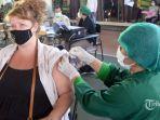 seorang-wanita-warga-negara-asing-wna-menerima-suntikan-vaksin-covid-19.jpg