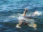 servi-dan-elly-mondoringin-2-wisatawan-sulut-diseret-ombak-di-pantai-kalapa-warna-lebak-banten.jpg