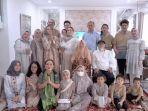 shandy-aulia-foto-bersama-dengan-keluarga-besar-saat-idulfitri-1442-hijriah1.jpg