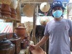 simon-pondaag-yang-merupakan-pedagang-kerajinan-bambu-dan-tanah-liat-di-kinilow.jpg