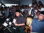 soeharto-didesak-mundur-oleh-ketua-mpr-kala-itu-harmoko-agar-lepas-jabatan-presiden.jpg