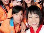 sora-aoi-yang-mengenakan-syal-merah.jpg