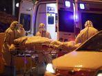 staf-medis-membawa-seorang-pasien-virus-corona-di-rumah-sakit-palang-merah-wuhan-di-kota-wuhan.jpg