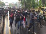 suasana-demo-menentang-omnibus-law-uu-cipta-kerja-terjadi-di-kota-manado-kamis-8102020.jpg