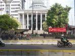 suasana-lalu-lintas-di-depan-gedung-mahkamah-komstitusi-mk.jpg