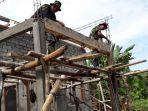 suasana-pemasangan-mal-di-teras-bangunan-kantor-bersama-tiga-pilar-desa.jpg