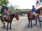 tempat-wisata-alam-green-forest-tomohon-tim-tribun-manado-mencoba-berkuda.jpg