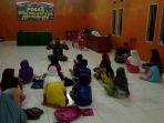 tiap-malam-pelda-irwan-syarifuddin-mengajarkan-belasan-murid-sd_20180417_131635.jpg