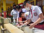 tiga-siswa-di-bitung-mempraktekan-cara-kerja-inovasi-mereka-mesin-cuci-tangan-otomatisfgdfgfdg.jpg