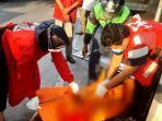 tim-dari-pmi-sragen-ketika-melakukan-evakuasi-jenazah-korban-tabrakan.jpg