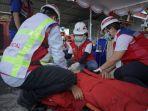 tim-medis-pertamina-sedang-melakukan-simulasi-evakuasi-676768768.jpg
