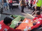 tim-medis-pmi-kota-malang-saat-mengevakuasi-jenazah-korban-di-jalan-janti-barat.jpg