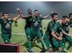 tim-pesebaya-surabaya-saat-merayakan-kemenangan-atas-madura-united.jpg