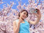 traveler-sedang-asyik-selfie-dengan-latar-belakang-pesona-bunga-sakura-khas-jepang_20170905_162327.jpg