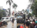 truk-engkel-menerjang-banjir-di-jalan-panjang-kebon-jeruk-34743e.jpg