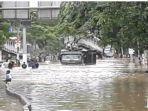 truk-engkel-menerjang-banjir-di-jalan-panjang-kebon-jeruk-3738.jpg