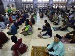 umat-islam-melaksanakan-salat-zuhur-berjamaah-di-masjid-istiqlal.jpg