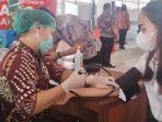 vaksinasi-massal-dinas-kesehatan-di-kawasan-kantor-bupati-minsel.jpg