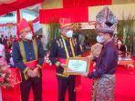 wakil-bupati-bolmong-yanny-ronny-tuuk-ketika-menerima-penghargaan-dari-pemprov-sulut-jhjhj.jpg