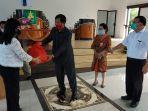 wakil-gubernur-sulut-steven-kandouw-menyerahkan-paket-bantuan-sosial.jpg