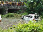 warga-berusaha-mengevakuasi-kendaraan-yang-jatuh-ke-sungai_20180608_161138.jpg