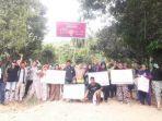 warga-desa-tobayagan-yang-melakukan-protes-langsung-berupa-pemasangan-baliho-penolakan.jpg