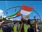 warga-ilomata-ketika-memasang-bendera-palestina-dan-indonesia.jpg