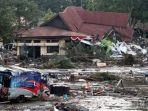 warga-korban-gempa-bumi-dan-tsunami-mencari-barang-berharga_20181002_095402.jpg