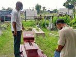 warga-mendata-makam-yang-diduga-dirusak-oleh-anak-anak-di-kompleks-pemakaman.jpg