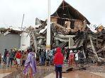 warga-mengamati-gedung-kantor-gubernur-sulawesi-barat-yang-rusak-akibat-gempa-bumi.jpg
