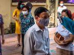 warga-vietnam-tampak-ceria-setelah-pihak-berwenang-mengangkat-karantina-di-desa-dong-cuu.jpg