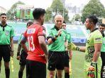 wasit-bersama-dua-kapten-tim-pada-laga-singapore-premier-league-2018.jpg
