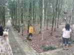 wisatawan-mengabadikan-momen-di-taman-wisata-alam-tomohon-kamis-08102020.jpg