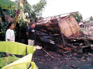 Rumah Herniati Tinggal Puing Diterjang Puting Beliung - IMG-20120710-01304.jpg
