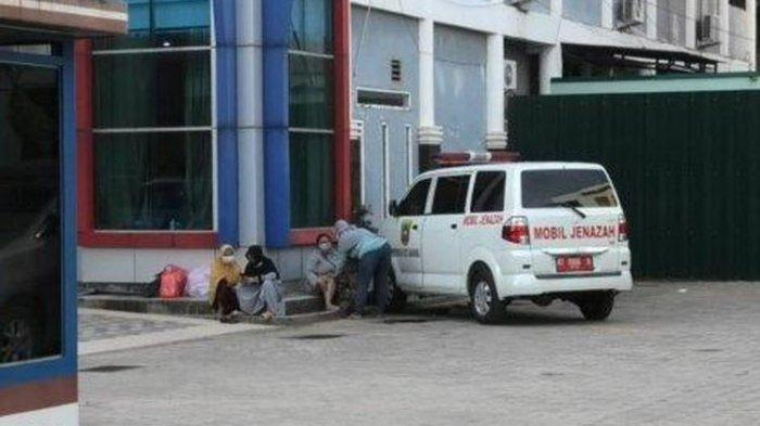 Ambulans yang membawa anggota keluarga Siti Sumirah, Warga Argamulya, Samarinda, Kaltim, yang ditolak beberapa rumah sakit saat sudah berada di RS Atmahusada Mahakam, Kamis (22/7/2021) sore.