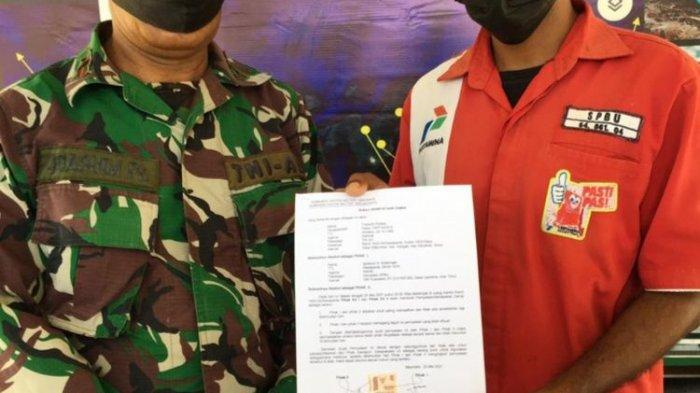 Anggota TNI Kodim 1603 Sikka dan petugas SPBU Waipare, Kabupaten Sikka, NTT, sepakat berdamai, Selasa malam.