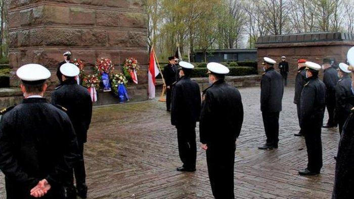 AL Jerman Gelar Upacara Penghormatan untuk Awak KRI Nanggala, Kibarkan Bendera Setengah Tiang