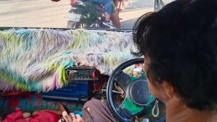 Alasan Sopir Angkot di Kendari Selalu Bawa Balitanya Narik, Kalau Ngantuk Tidur di Bawah Kursi Mobil