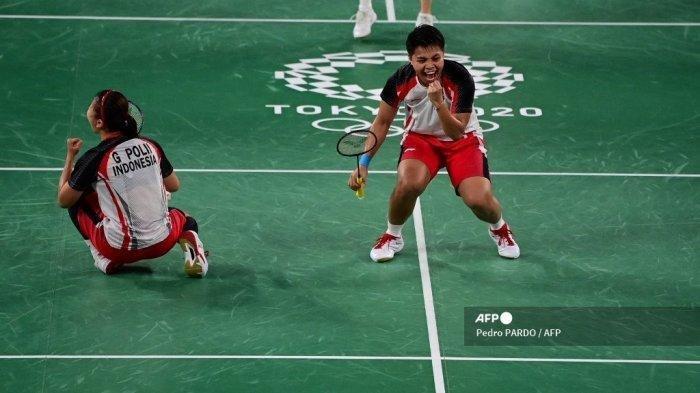 Atlet Indonesia Apriyani Rahayu (kanan) bereaksi setelah mendapat poin dari Greysia Polii Indonesia saat mereka memenangkan game pertama dalam pertandingan final bulu tangkis ganda putri melawan Jia Yifan dari China dan Chen Qingchen dari China selama Olimpiade Tokyo 2020 di Musashino Forest Sports Plaza di Tokyo pada 2 Agustus 2021.