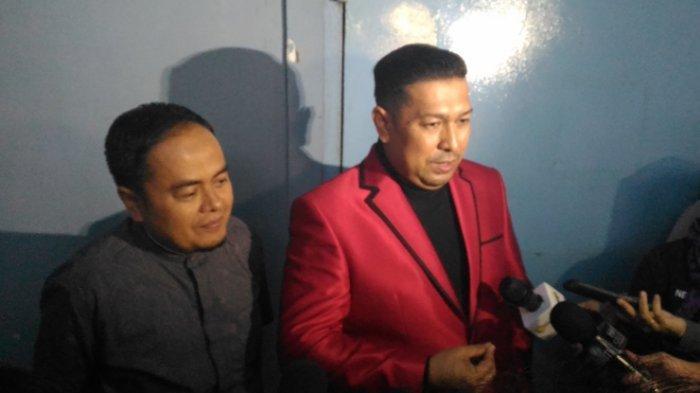 Ayahanda Taqy Malik, Mansyadin Malik di Dampingi Ketua Hukumnya Ilal Ferhard (jas merah) memberi keterangan pada wartawan tentang batalnya gugatan cerai, Rabu(20/12/2017).