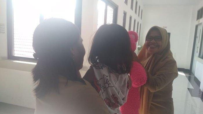 Terus Menangis Sambil Peluk Mayat Ibunya, Balita di Makassar Langsung Berdiri saat Kamar Kos Dibuka