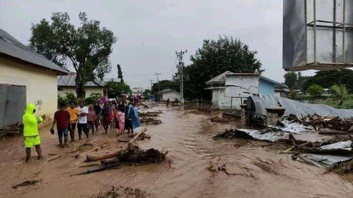 Banjir memporakporandakan rumah warga di Kabupaten Flores Timur, NTT, Minggu (4/4/2021).