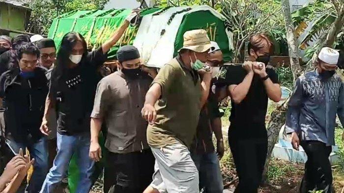 Terlihat Billy Syahputra ikut menandu keranda jenazah Sapri Pantun dari mobil jenazah sampai ke liang lahat di TPU Ulujami, Jakarta Selatan, Selasa (11/5/2020).