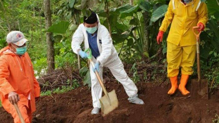 Jenazah Ditolak Warga, Bupati Banyumas Bongkar Sendiri Makam Pasien Positif Corona yang Meninggal