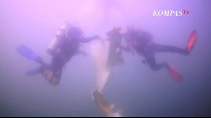 Tim penyelam membawa serpihan pesawat Sriwijaya Air SJ 182.