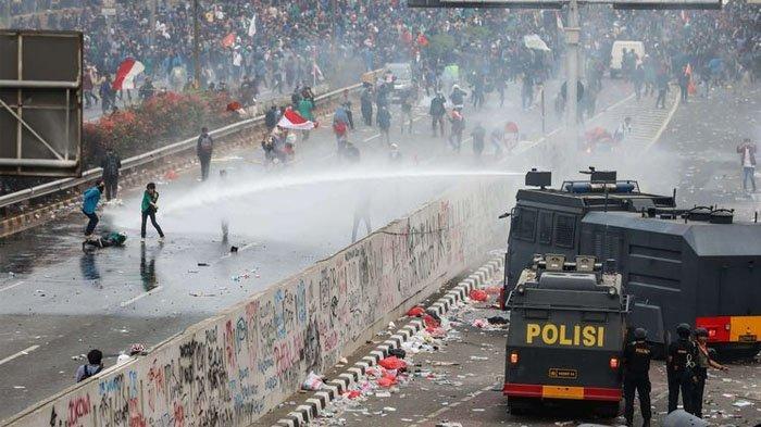 Kronologi Lengkap Demo di Depan Gedung DPR RI Berakhir Ricuh, Mahasiswa Pingsan Kena Gas Air Mata