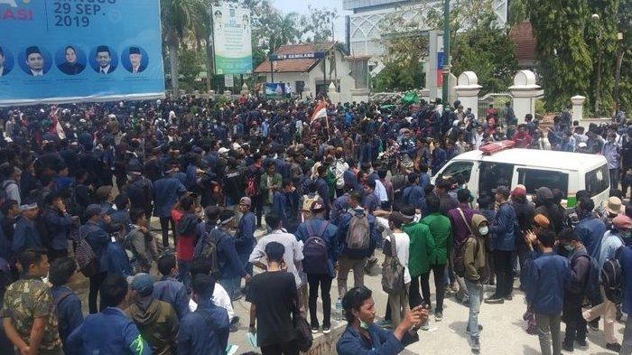 Demo Ribuan Mahasiswa di Mataram Berakhir Ricuh, 26 Orang Pakai Almamater Unram Ditangkap Polisi